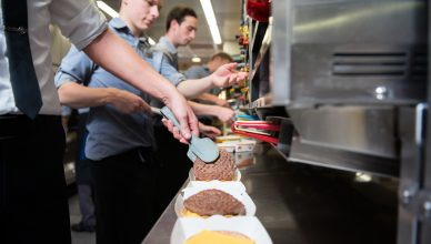 Eigen quarter pounder maken met Mc Donald's backstage